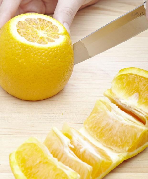 As fibras da laranja ajudam você a definir onde partir os gomos (Foto: Ethan Calabrese/ Reprodução)