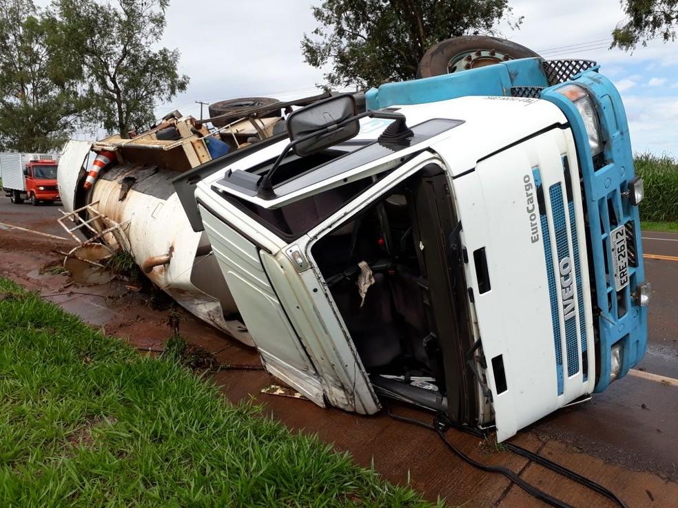 Com o choque, caminhão-tanque tombou no acostamento, mas motorista não se feriu  (Foto: Arquivo pessoal/João Polo)