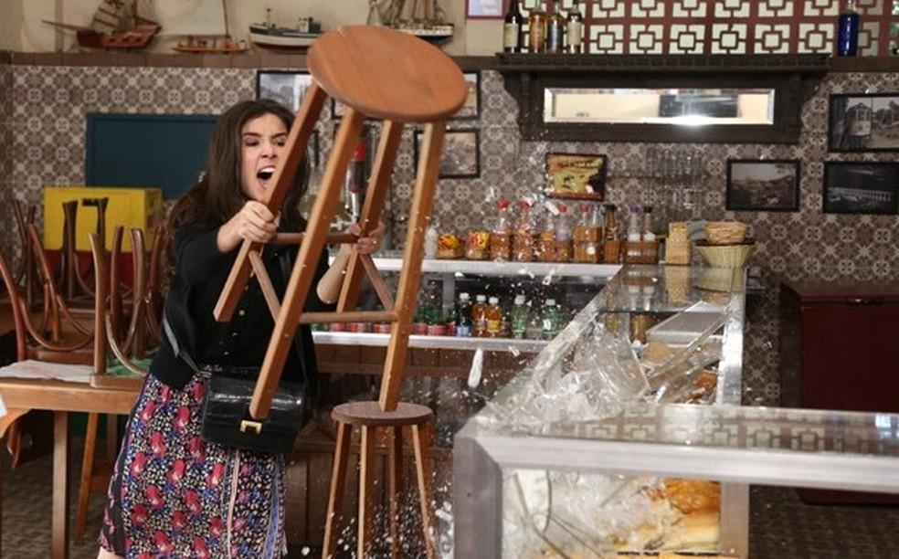 Cora (Marjorie Estiano) quebra o bar de Manoel (Jackson Antunes) e exige saber onde José Alfredo (Alexandre Nero) está - 'Império' — Foto: Carol Caminha/Globo
