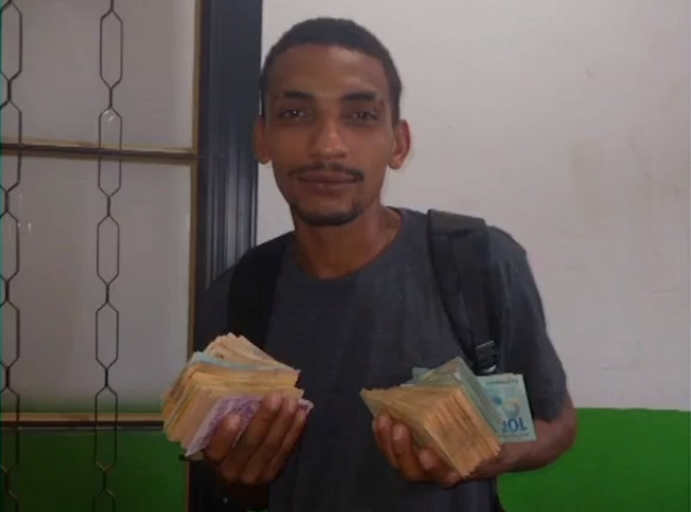 Osvaldo encontrou o primeiro pacote de dinheiro enquanto triturava papéis do banco — Foto: Divulgação