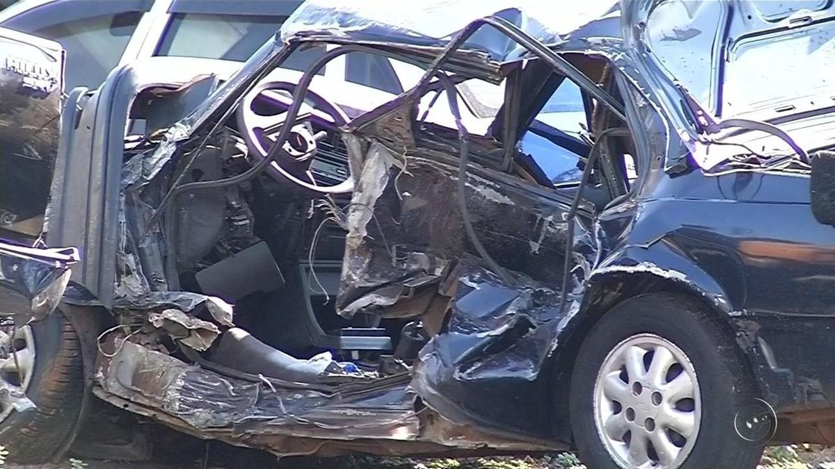 Família é arremessada de carro e morre após acidente em rodovia no interior de SP