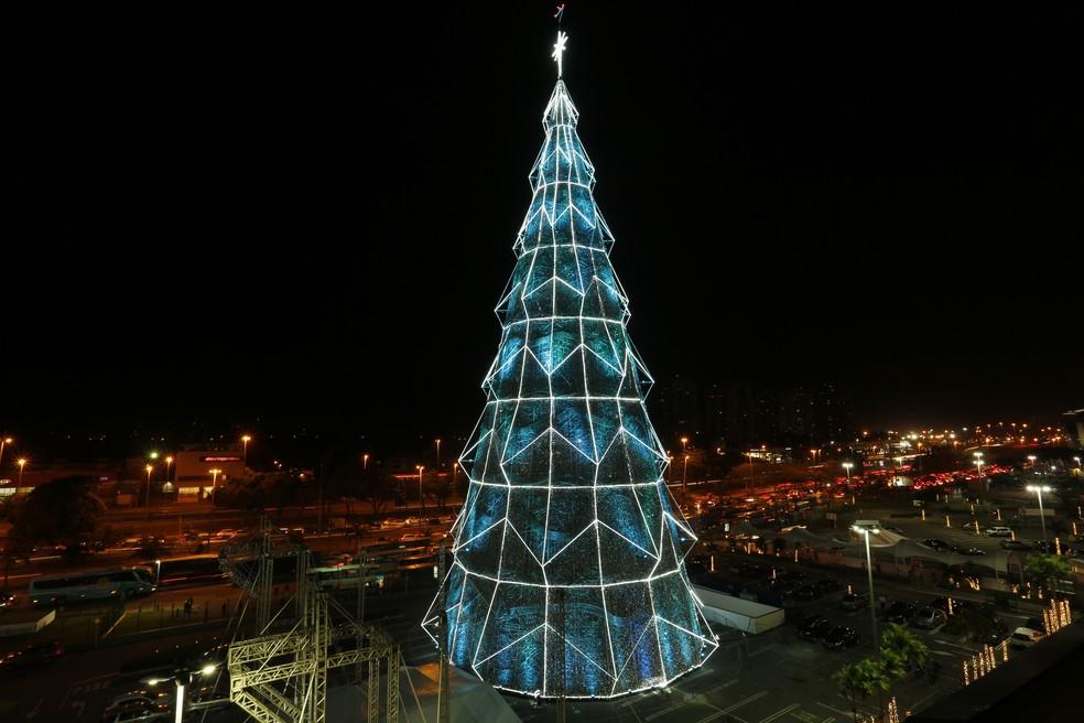 Árvore de Natal em estacionamento do Barra Shopping — Foto: Marcos Serra Lima/ G1
