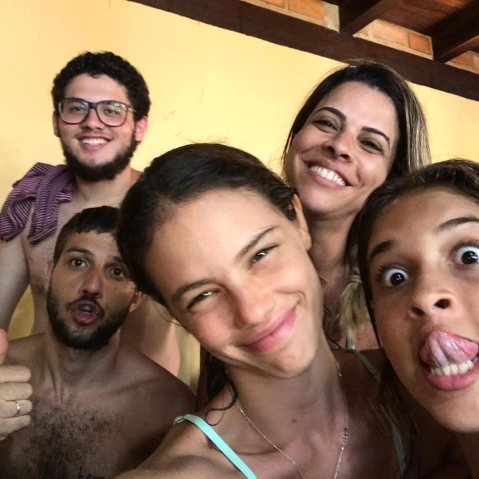 Laura Neiva com a sogra e os irmãos de Chay Suede (Foto: Reprodução/Instagram)