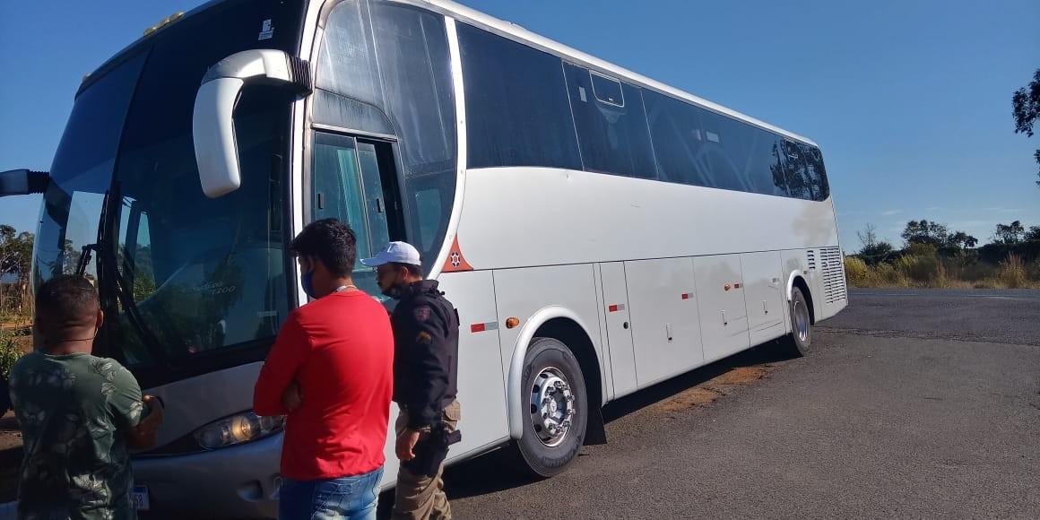 Motorista de ônibus que fazia transporte ilegal de passageiros é detido na BR-352 em Rio Paranaíba