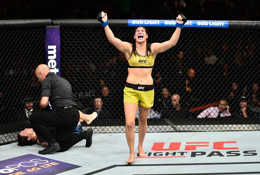 Ketlen Vieira comemora vitória Sarah McMann UFC 215 Canadá (Foto: Getty Images)