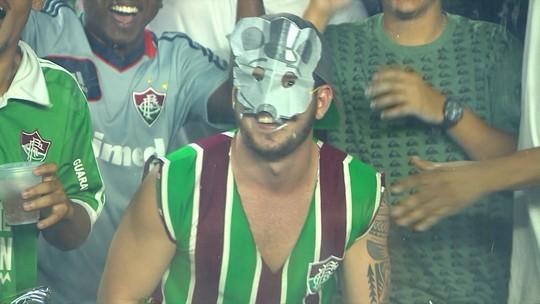 Torcida do Fluminense provoca com ratoeiras e máscara de rato