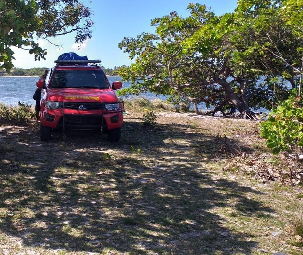 Lagoa de Cotia: corpo foi encontrado pelo grupo de salvamento dos bombeiros — Foto: CBM