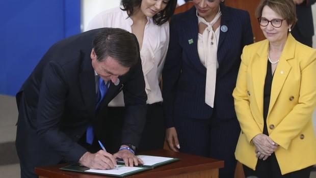 Jair Bolsonaro, Presidente da República, assina decreto (Foto: Antonio Cruz/ Agência Brasil)
