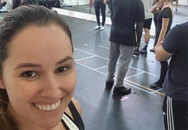 Mariana Belém nos ensaios de 'Os Produtores' (Foto: Reprodução/Twitter)