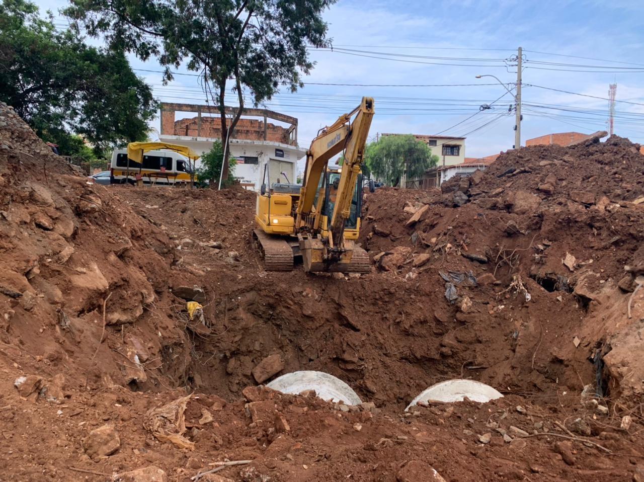 Cruzamento em São Carlos é interditado para obras em área de erosão no Santa Felícia