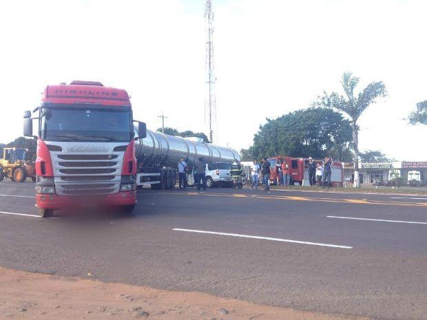 Carreta ficou atravessada na via e, por causa do acidente, trânsito ficou impedido (Foto: Priscilla dos Santos/ G1 MS)