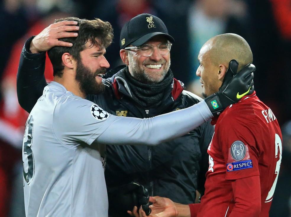 Alisson recebe o carinho do técnico Klopp, do Liverpool — Foto: Getty Imagens