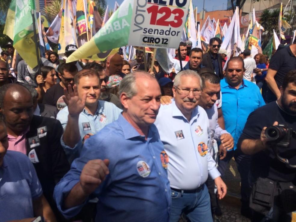 Ciro fez um caminhada ao lado de correlegionários e eleitores em Mauá (SP) (Foto: Marina Pinhoni/G1)