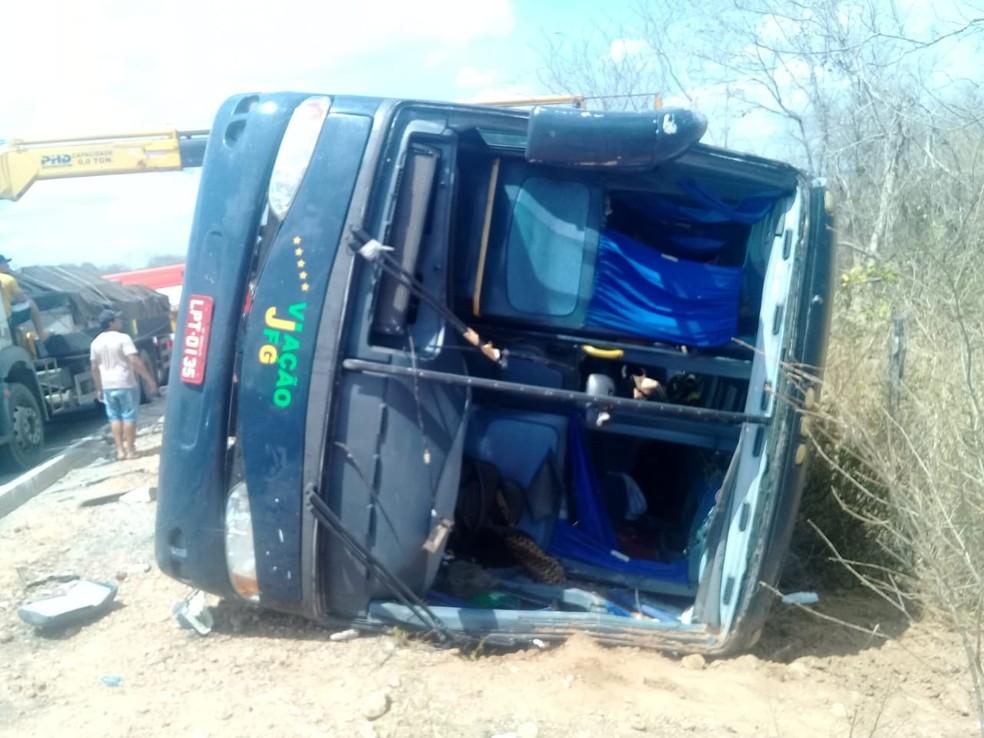 Grave acidente com ônibus de turismo deixa 4 mortos e feridos na BR-135, no Sul do Piauí   — Foto: Divulgação/PMPI