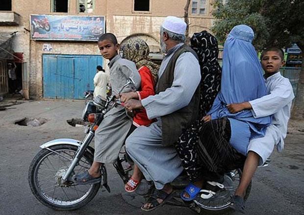 Em agosto de 2009, um fotógrafo da agência AFP flagrou um afegão passeando de moto com cinco membros de sua família na cidade de Herat. (Foto: Shah Marai/AFP)