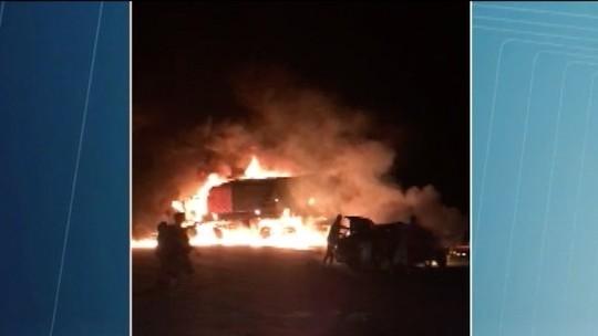 Veículos pegam fogo após acidente na BR-251, em Unaí; seis pessoas ficam feridas