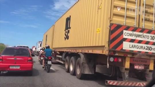 Caminhoneiros bloqueiam trechos da BR-116 no 3º dia seguido de protestos contra alta do diesel no Ceará