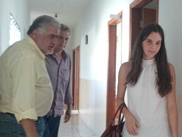Natália ao lado do advogado e do pai durante depoimento (Foto: Marcos Lavezo/G1)