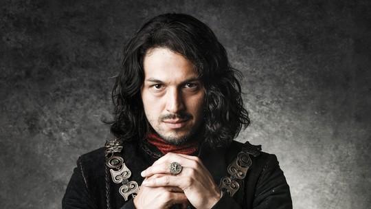 Romulo Estrela mostra preparação para viver príncipe em 'Deus Salve o Rei'