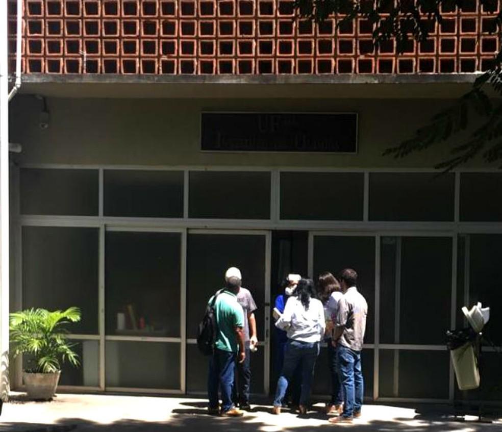 Substância vaza no instituto de química da Ufba e prédio é evacuado em Salvador  — Foto: Ivis Macedo/G1
