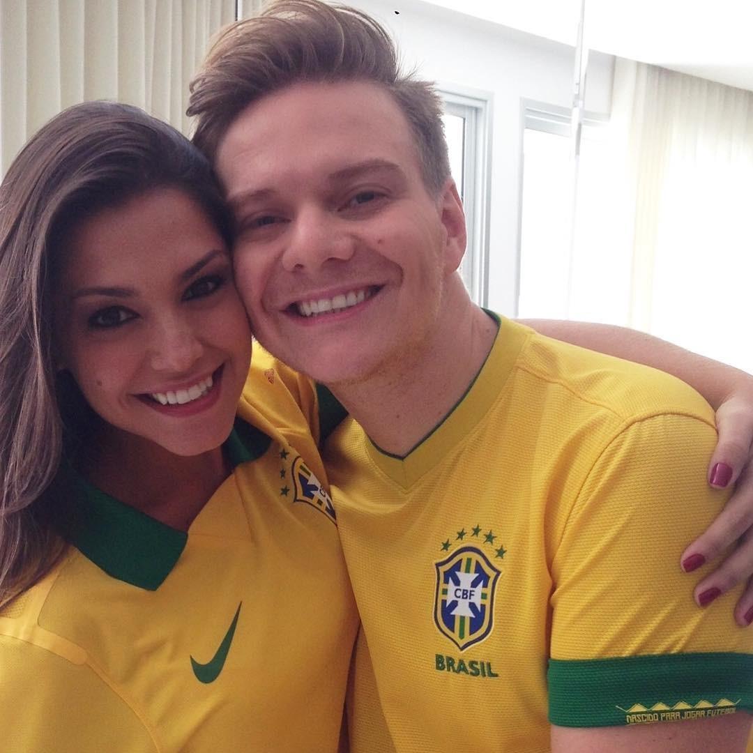 Tata Fersoza e Michel Teló românticos até na Copa (Foto: Reprodução/Instagram)