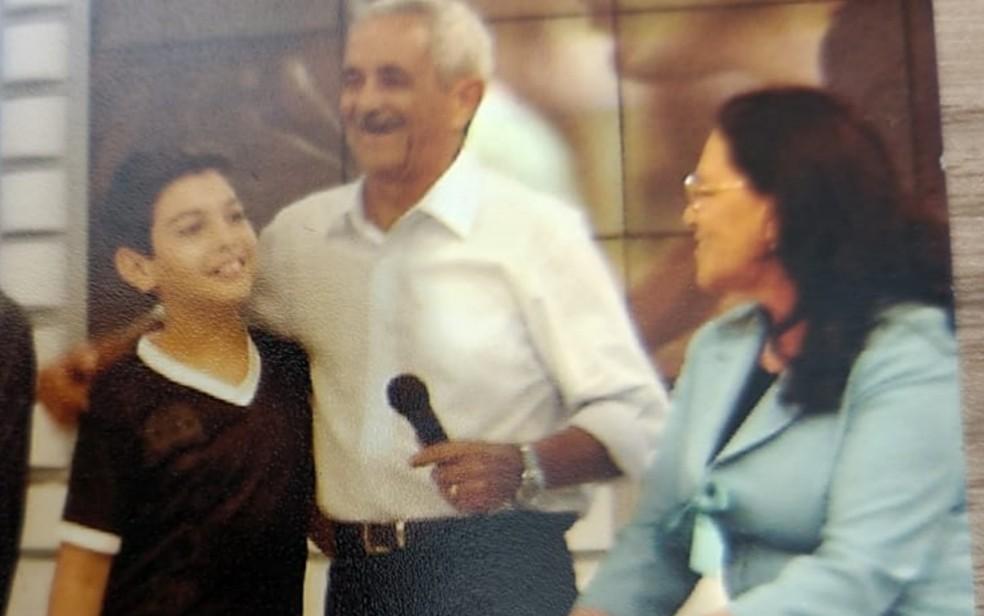 Ator Wigor Lima, que interpretou Luciano em filme, em foto com Seu Francisco e Dona Helena — Foto: Arquivo pessoal
