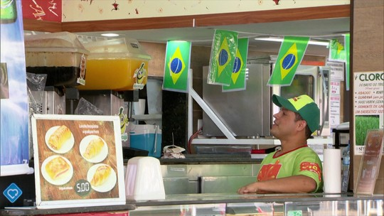 Torcida brasileira dá jeitinho pra acompanhar a Seleção na hora do trabalho