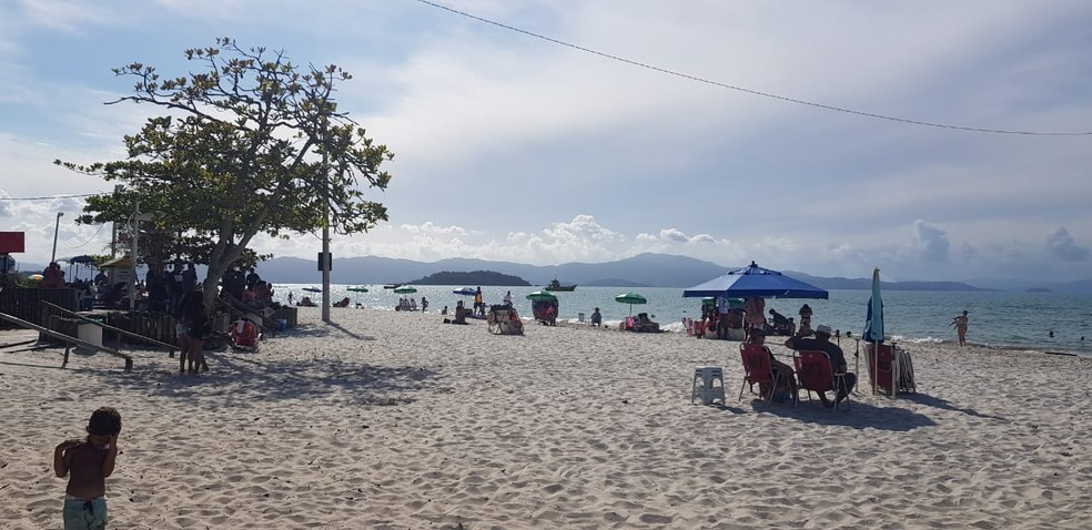 Praia de Canasvieiras também teve movimento intenso  — Foto: Paulo Mueller/NSC TV
