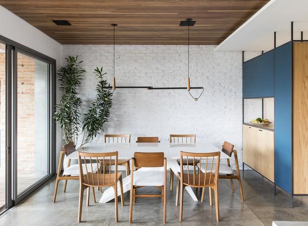 Os tijolos foram descascados e pintados de branco na sala de jantar - do lado de fora do edifício, eles aparecem na sua cor natural  (Foto: Maira Acayaba/Divulgação)