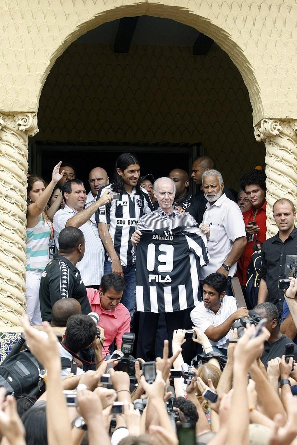 Na apresentação, Loco recebeu a camisa 13 das mãos de Zagallo — Foto: Reprodução/Twitter Oficial do Botafogo