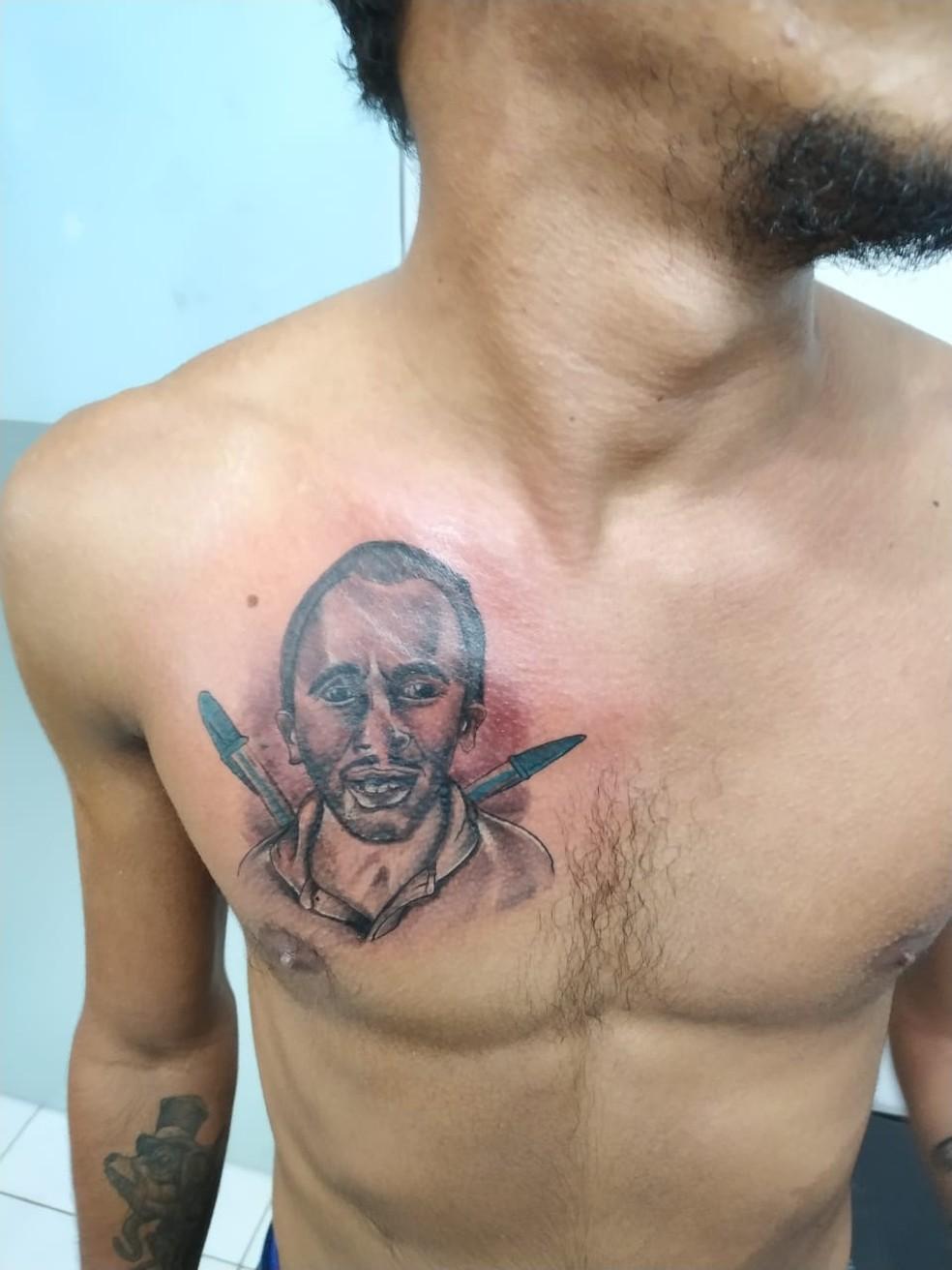 Músico faz tatuagem em homenagem a cantor do hit 'Caneta Azul'  — Foto: Diego Farias