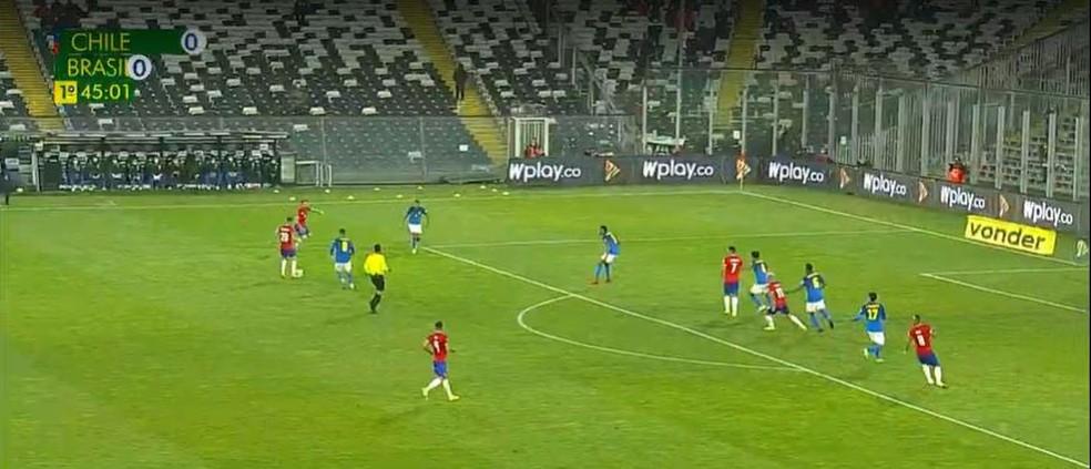No fim da primeira etapa, seleção brasileira marca com cinco defensores na área. Entre eles, Lucas Paquetá — Foto: Reprodução