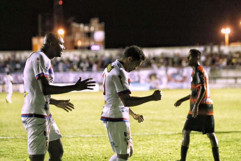 Jogadores do Itabaiana comemoram a classificação para a segunda fase (Foto: Wendell Rezende/AOI)