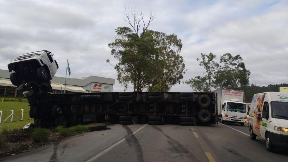 - Camiones cayeron en la BR-470 en Río de Janeiro - Foto: PRF / Divulgación