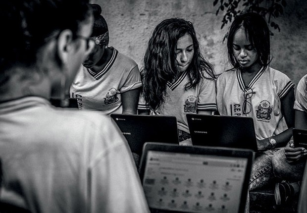Alunos da rede estadual  da Bahia experimentam notebooks de baixo custo: ensino se dá em torno das ferramentas do Google (Foto:  Fernando Gomes)