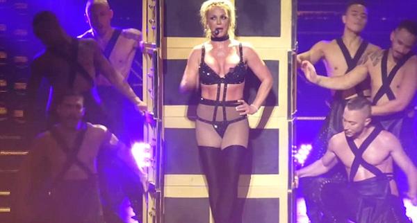 O acidente de Britney Spears com sua vestimenta durante um show nos EUA (Foto: Reprodução/YouTube)