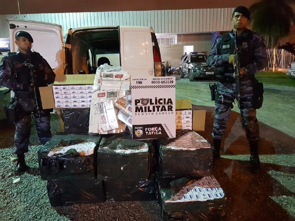 O suspeito e o material apreendido foram encaminhados à Central de Flagrantes e depois até a Polícia Federal. — Foto: PM-MT/Assessoria