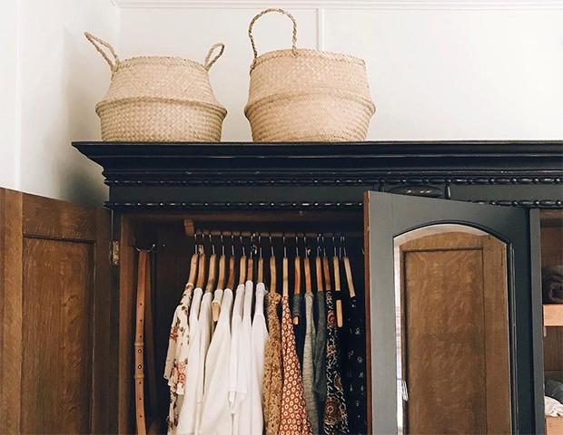 Manter um guarda-roupa minimalista ajuda a otimizar o tempo (Foto: Instagram / @caroline_joy)