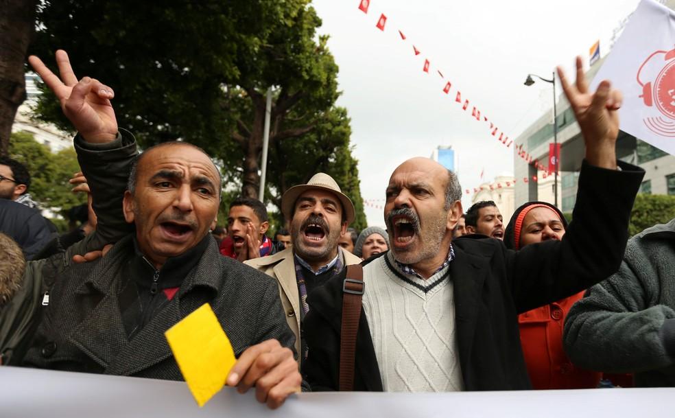 -  Manifestantes gritam palavras de ordem durante protesto contra o aumento de impostos em Tunis, na Tunísia, na sexta  12   Foto: Zoubeir Souissi/Reute