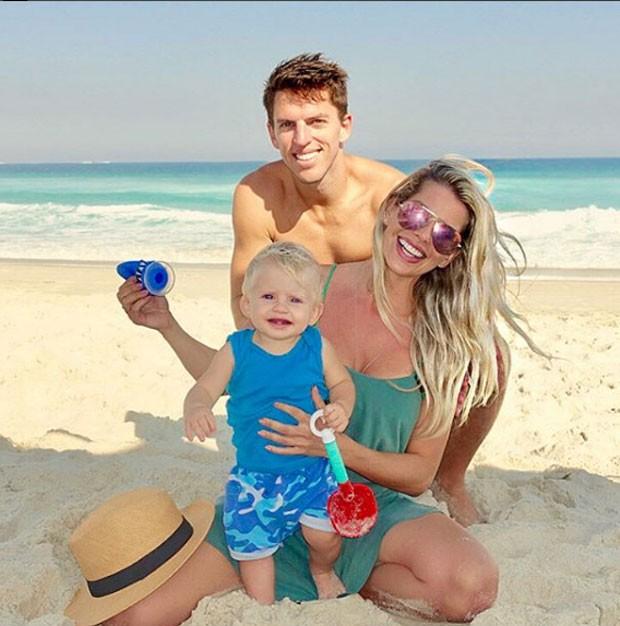 Karina Bacchi com o filho, Enrico, e o noivo, Amaury Nunes (Foto: Reprodução/ Instagram)