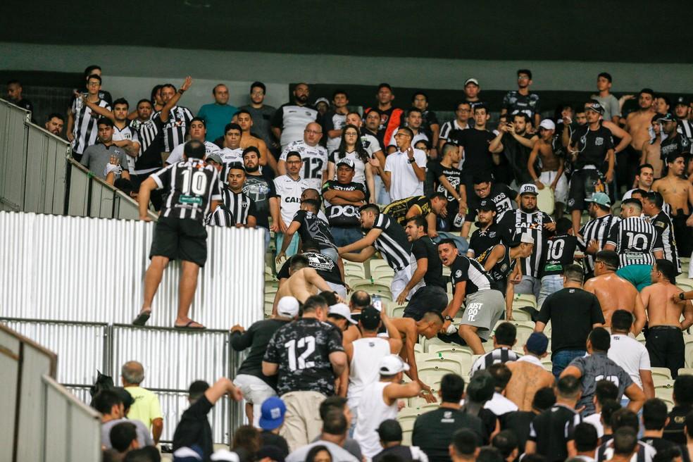 Após o término da partida, houve tumulto nas arquibancadas da Arena Castelão — Foto: Kid Júnior/SVM