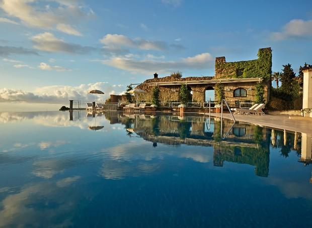 A piscina do Belmond Caruso possui vista para o mar (Foto: Belmond Hotel/ Reprodução)