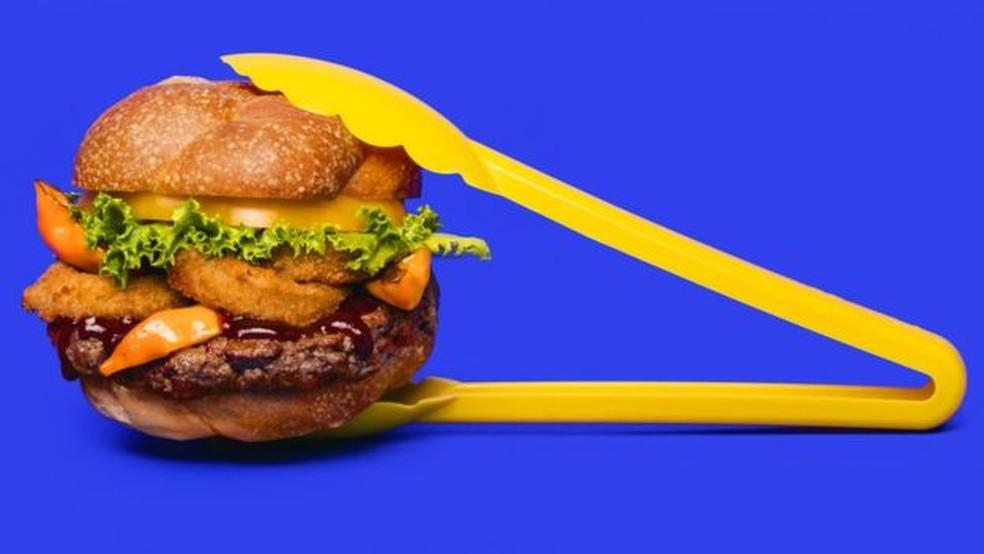 Para especialista da USP, hambúrgueres de vegetais podem ser interessantes para atrair novos consumidores, mas a consumi-los sempre é 'uma armadilha' — Foto: Beyond Meat
