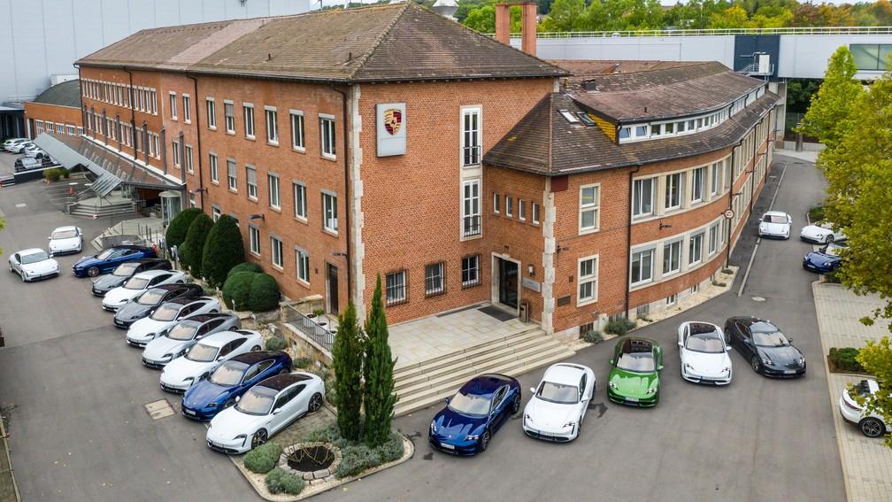 Porsche Taycan no prédio da primeira fábrica da Porsche, em Stuttgart — Foto: Divulgação