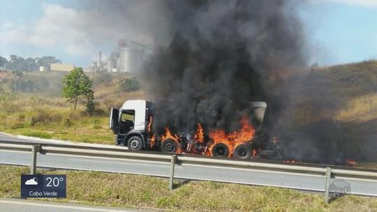 Caminhão-tanque carregado com 13 mil litros de combustível pega fogo na Fernão Dias