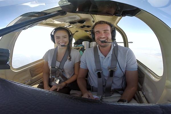 Em 'Sobre as Asas' Max Fercondini e Amanda Richter viajam pelo Brasil a bordo de um monomotor (Foto: Divulgação)