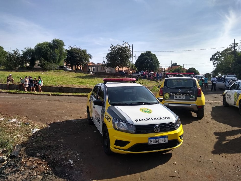 Várias pessoas se concentraram no local onde o corpo da menina foi encontrado, na manhã deste domingo (21) — Foto: PM/Divulgação