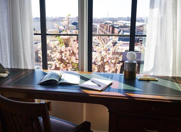 A paisagem local é valorizada pelas grandes janelas nos quartos (Foto: Deezen/ Reprodução)