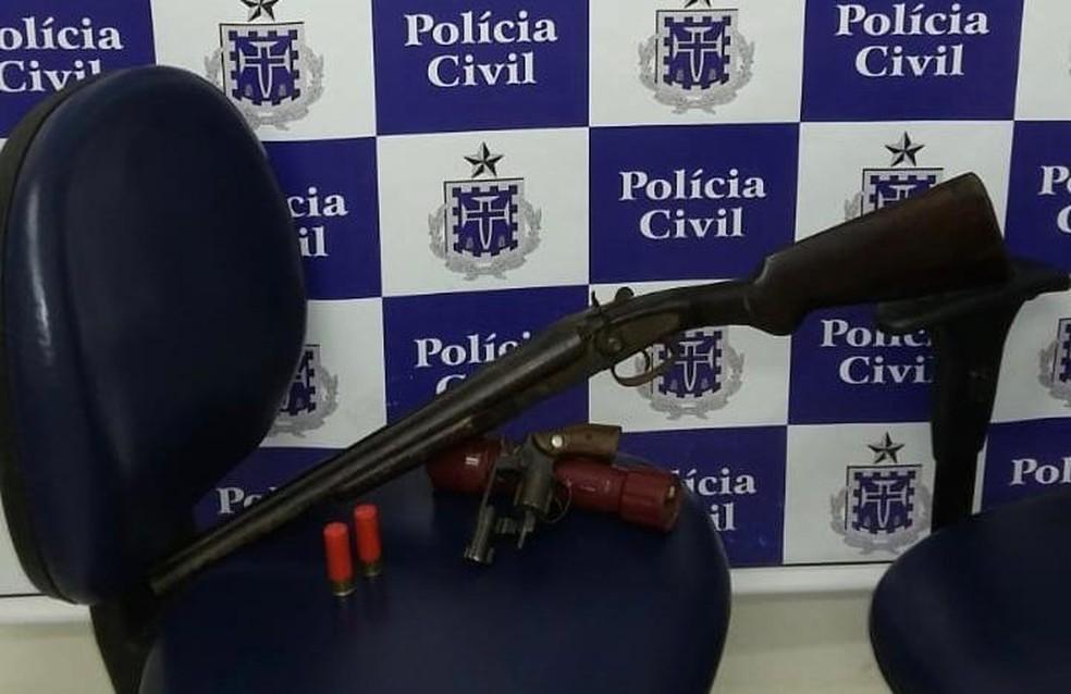 Polícia apreendeu armas na casa do suspeito — Foto: Divulgação/Polícia Civil