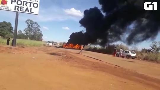 Caminhoneiros queimam pneus e fecham trecho da TO-050; veja vídeo